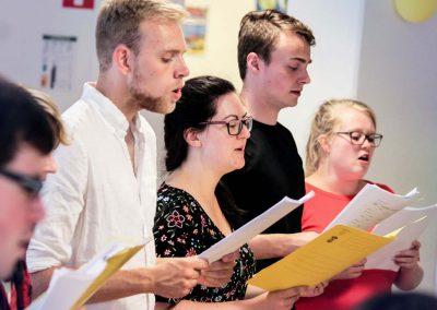 Att sjunga är ett bra sätt att lära sig och öva på ett språk