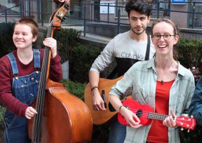 Studenter från klassen i svensk folkmusik sprider glädje till förbigående utanför skolan