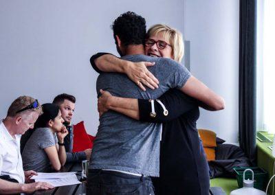 Återvändande student får ett varmt välkomnande från direktören under incheckning