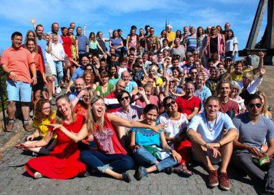 En gruppbild tagen vid slottet i Uppsala
