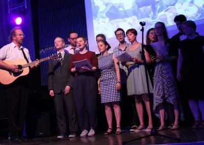 Studenter från klassen i svensk folk musik uppträder under säsongens sista avskedsmiddag