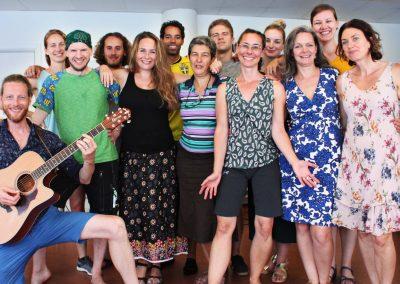 Lärare Anna (främre raden, andra till vänster) och Roel (främre raden, längst till vänster) tillsammans med sin Cornelis Vreeswijk klass
