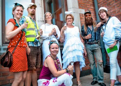 """Direktören (i mitten) och lärarna utklädda under en avskedsmiddag med temat """"typiskt svenskt"""""""